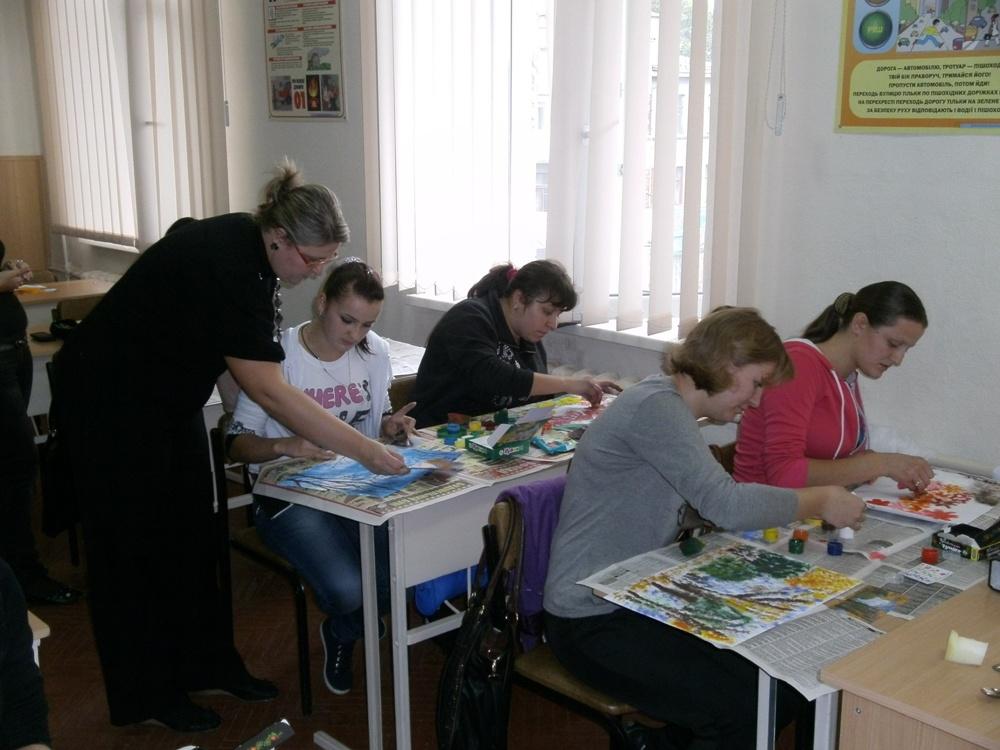 Заняття гуртка «Стиль, мода та краса» при кабінеті конструювання одягу веде викладач Смоліна Надія Юріївна