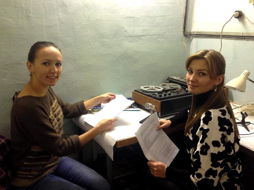 Радіогазету ведуть учениці групи 5-15 Меніна Олеся і Ткаченко Юлія